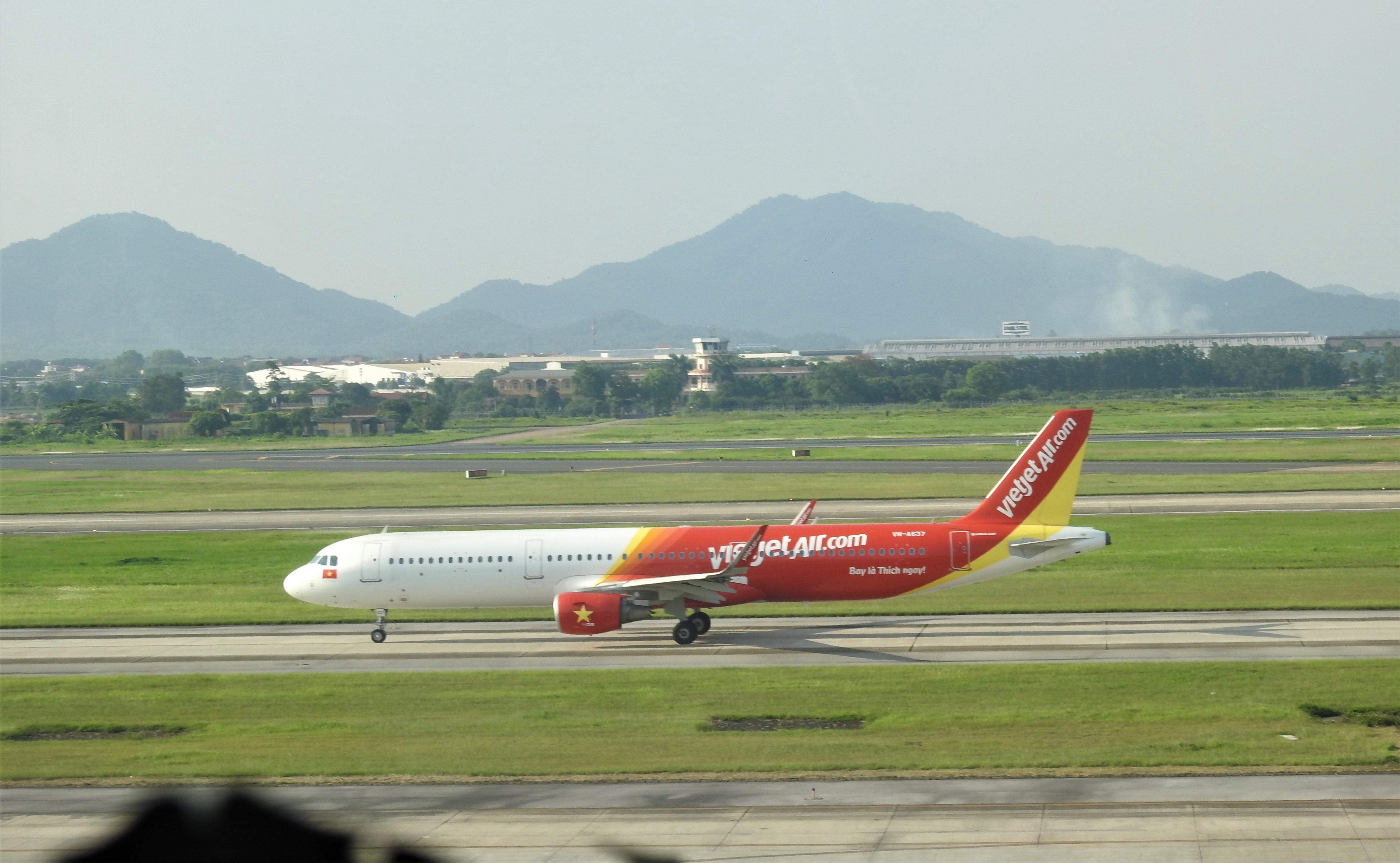 Cấm bay 12 tháng với nữ hành khách ném điện thoại vào tiếp viên - Ảnh 1.