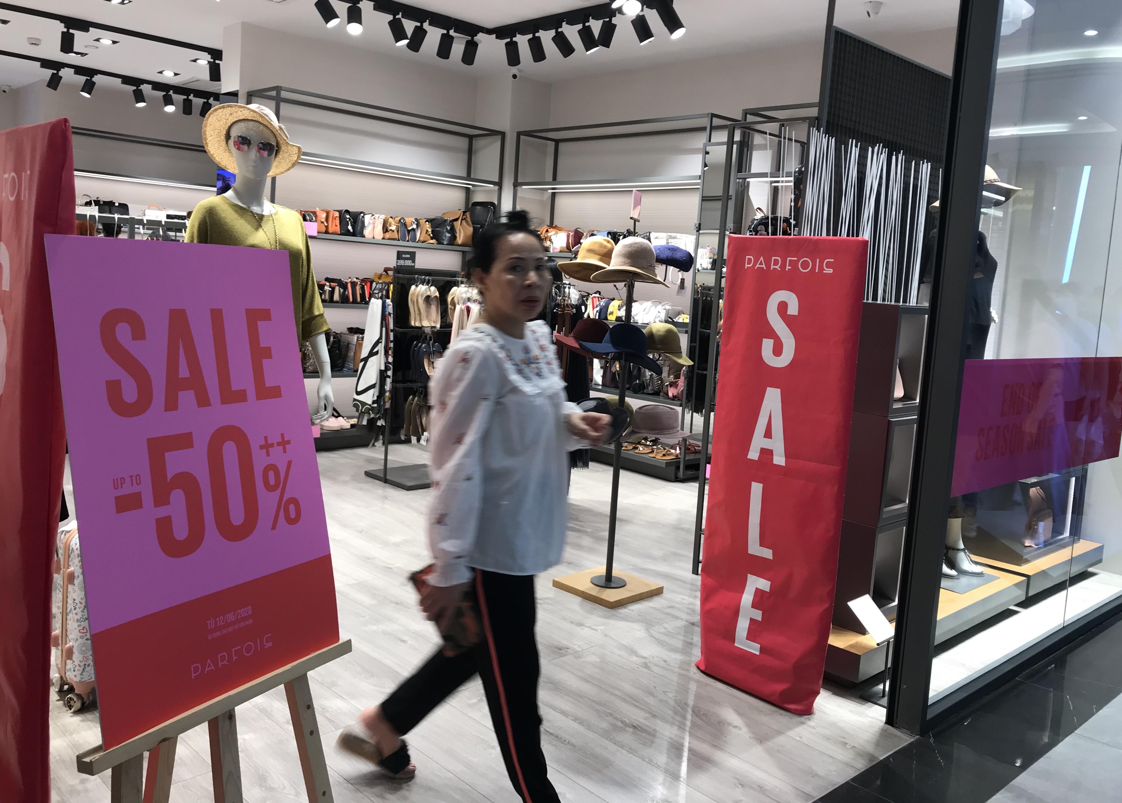 Hàng hiệu lần đầu giảm giá kịch trần lên 100%, người Sài Gòn đổ xô đi mua sắm hậu COVID-19 - Ảnh 1.