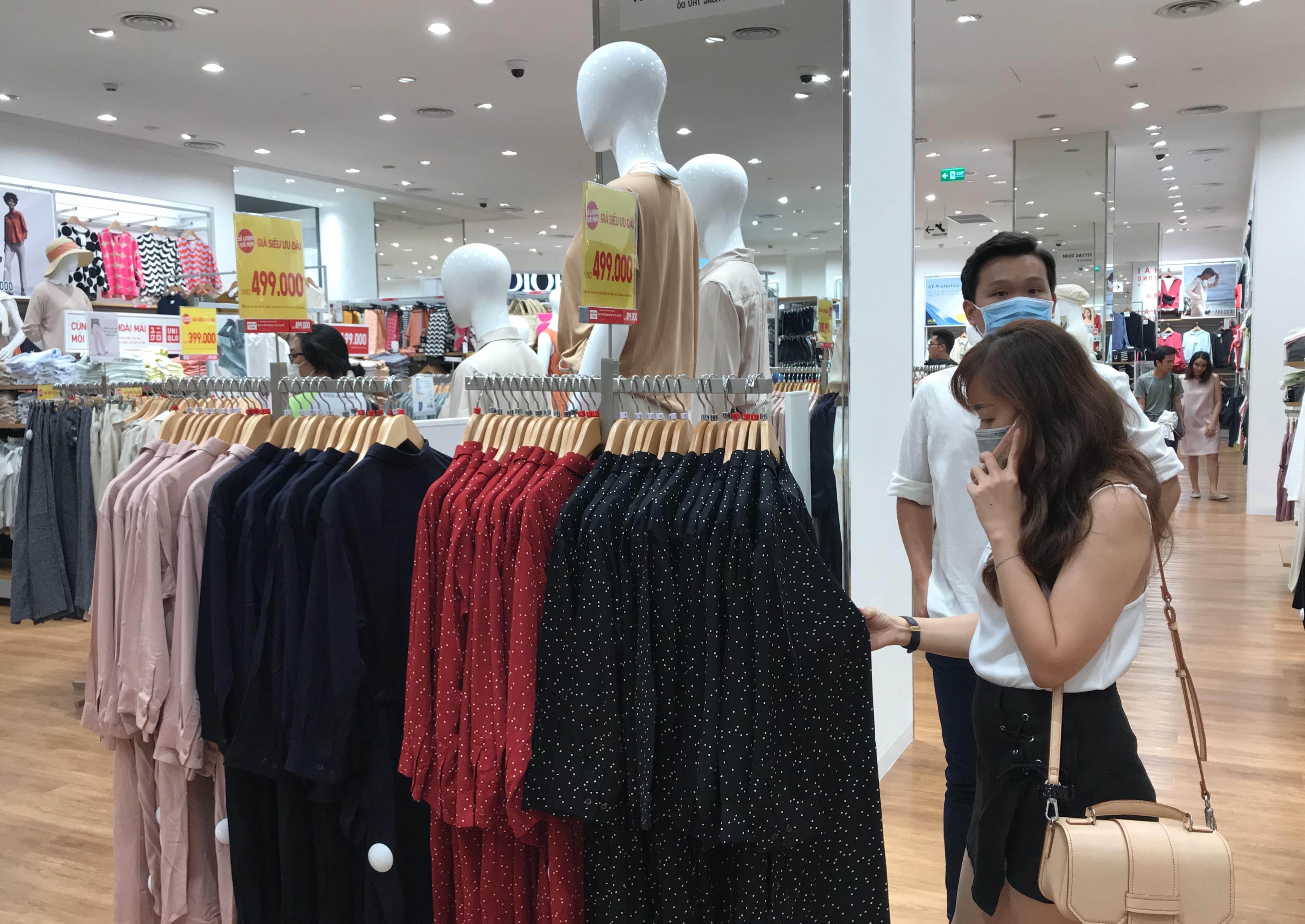 Hàng hiệu lần đầu giảm giá kịch trần lên 100%, người Sài Gòn đổ xô đi mua sắm hậu COVID-19 - Ảnh 4.