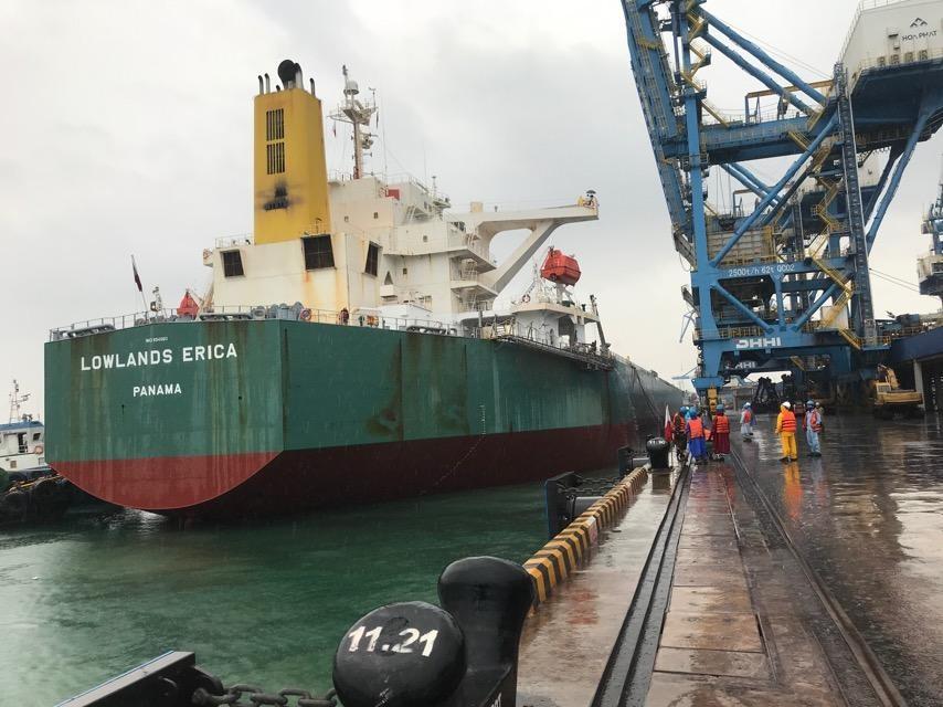 Cảng Hòa Phát Dung Quất đón tàu 176.000 tấn, lớn nhất từ trước tới nay - Ảnh 1.