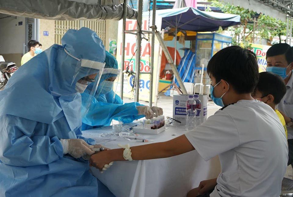 Làm việc suốt ngày đêm để xét nghiệm hàng nghìn mẫu bệnh phẩm tại Đà Nẵng - Ảnh 1.