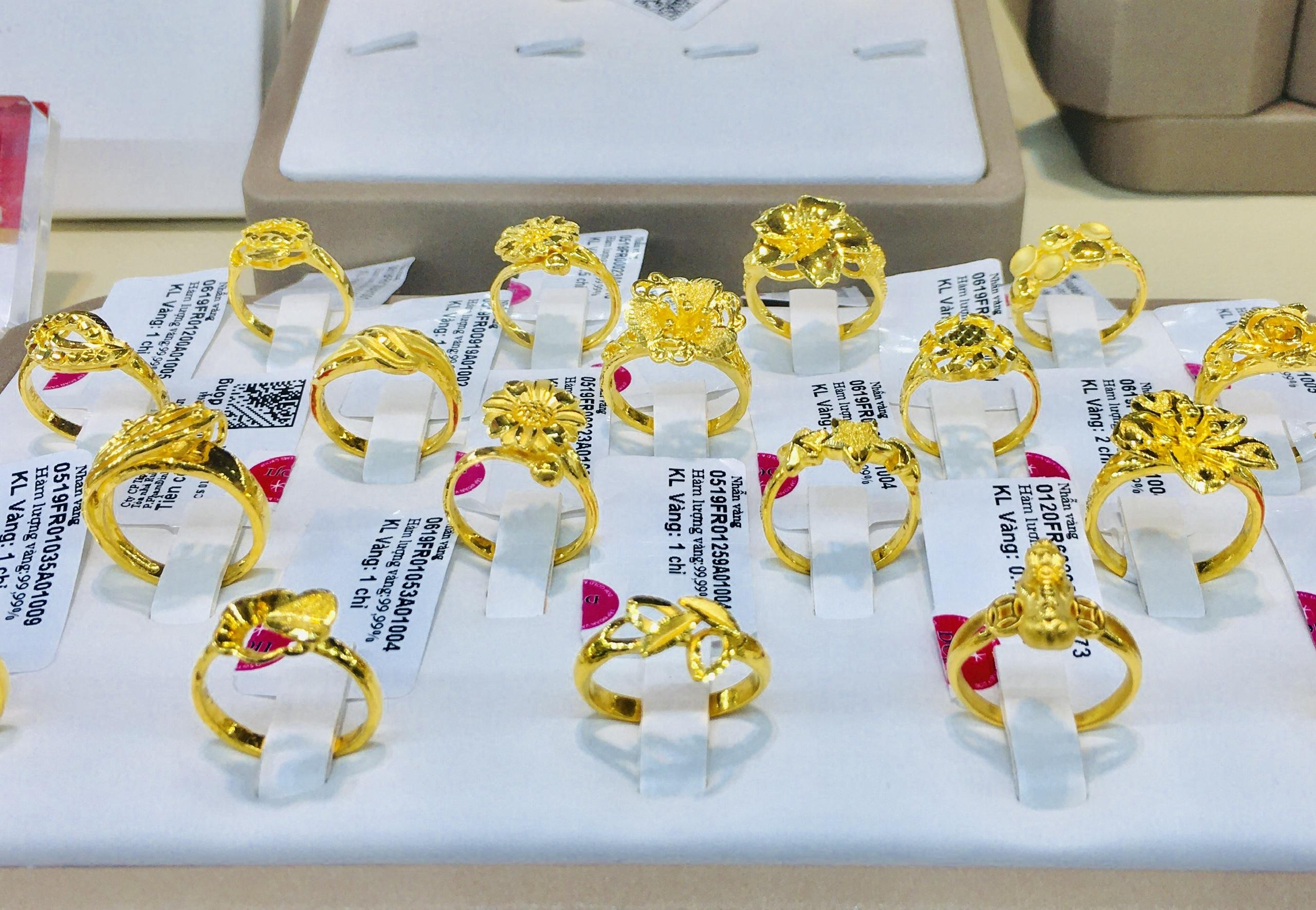 Giá vàng tụt dốc không phanh, về mức 55 triệu đồng/lượng - Ảnh 1.