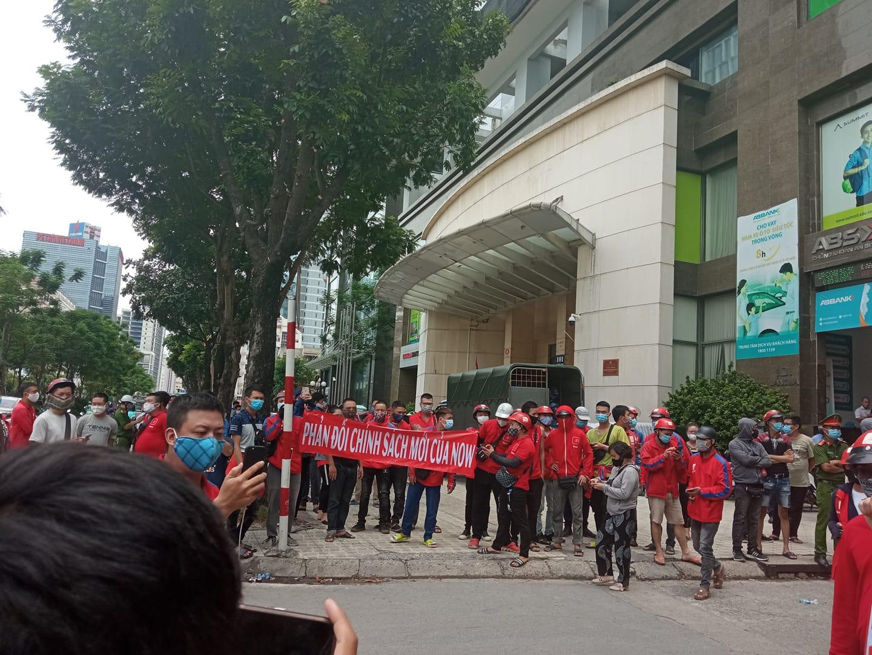 Nhiều tài xế Now tụ tập tại văn phòng Hà Nội phản đối chính sách mới của công ty - Ảnh 2.