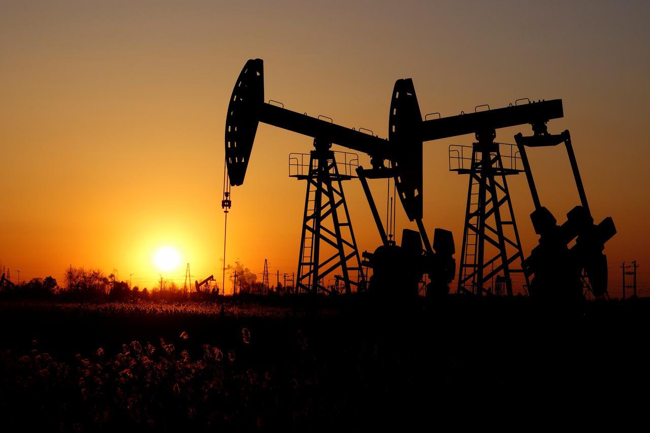 Giá xăng dầu hôm nay 15/8: Nhu cầu tiêu thụ còn yếu, giá dầu tiếp tục giảm - Ảnh 1.