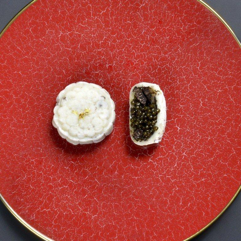 Chiếc bánh trung thu giá hơn 5 triệu đồng được làm từ những nguyên liệu xa xỉ nhất thế giới - Ảnh 1.