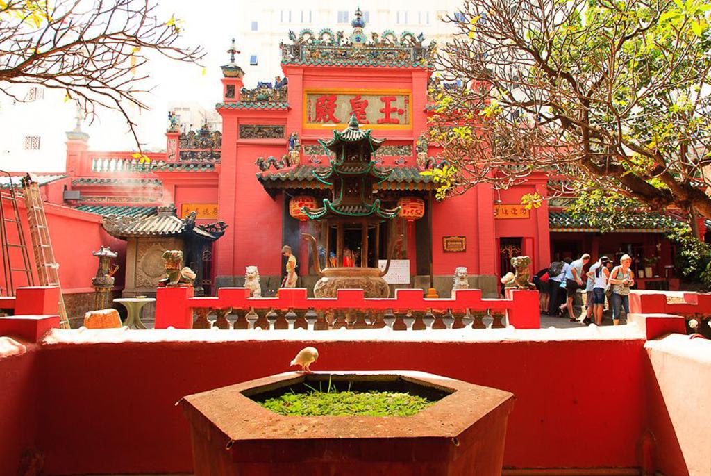 Nhân ngày Thất Tịch, cùng dạo quanh những ngôi chùa cầu duyên nổi tiếng nhất Hà Nội và Sài Gòn - Ảnh 11.