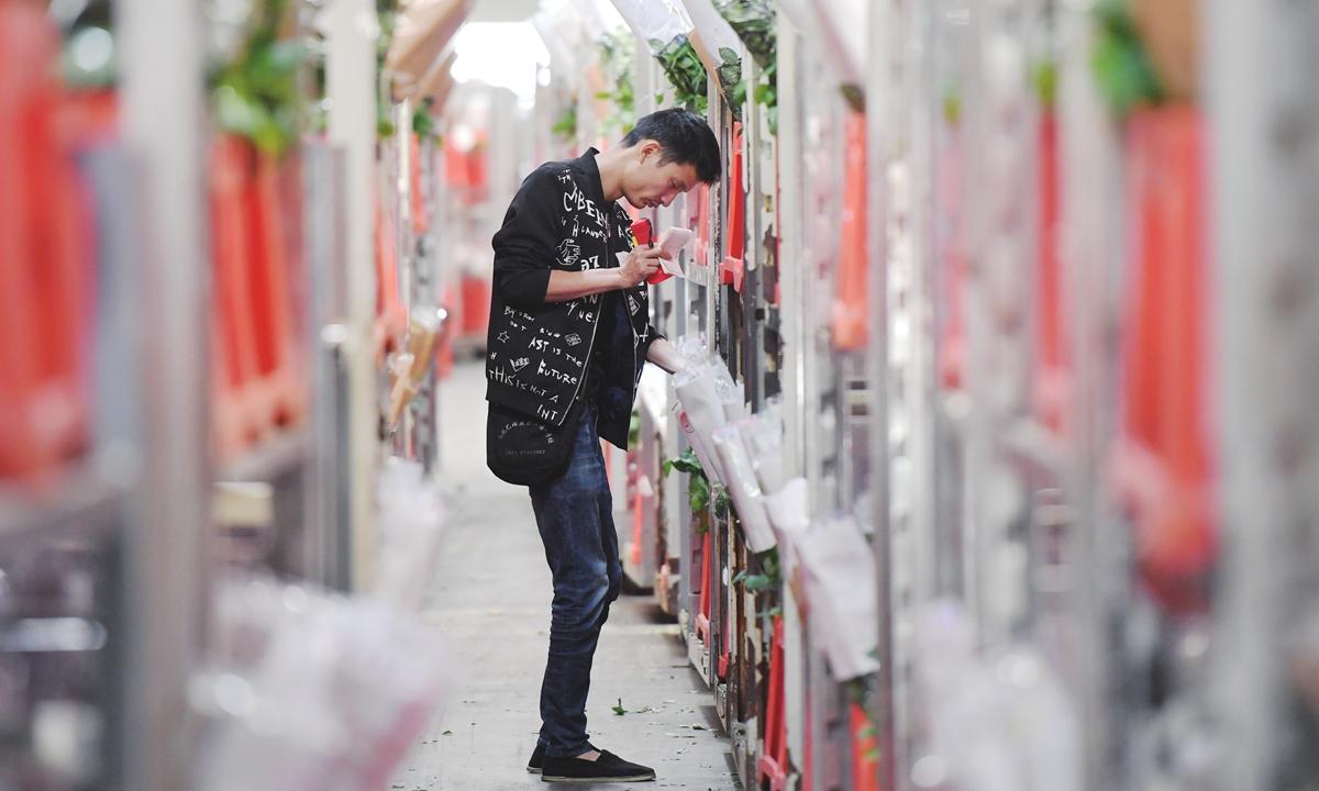 Doanh số mua sắm tại Trung Quốc tăng tới 50% trong ngày lễ Thất Tịch - Ảnh 1.