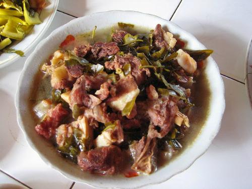 Thịt trâu nấu lá lồm của người Mường khiến du khách ăn mãi chẳng thể dừng - Ảnh 4.