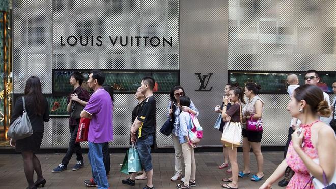 Độc chiêu của Louis Vuitton khiến người dân Trung Quốc xếp hàng trong nhiều giờ để mua đồ xa xỉ - Ảnh 1.