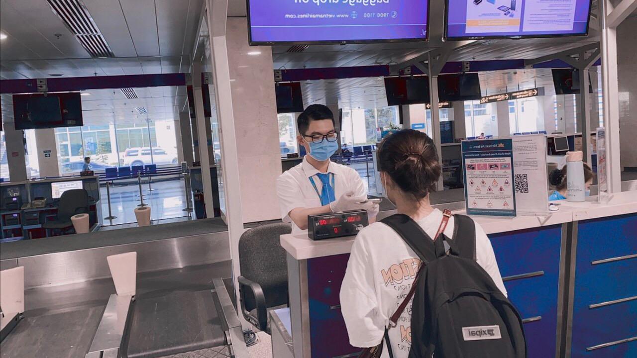 600 người mắc kẹt ở Đà Nẵng muốn về TP HCM bằng máy bay - Ảnh 1.