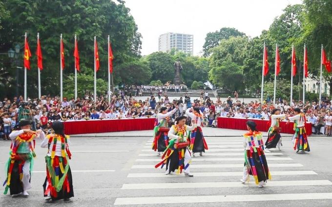 Hà Nội: Tạm dừng tổ chức các hoạt động đông người tại Phố đi bộ  - Ảnh 1.