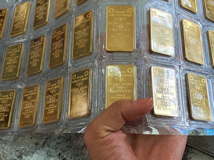 Giá vàng hôm nay 31/8: Vàng SJC bật tăng 450.000 đồng/lượng ở các cửa hàng - Ảnh 2.