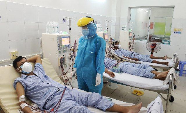 Nhân viên y tế chăm sóc bệnh nhân Covid-19 chạy thận nhân tạo tại BV Đà Nẵng. (Ảnh: Sức Khỏe Đời Sống).