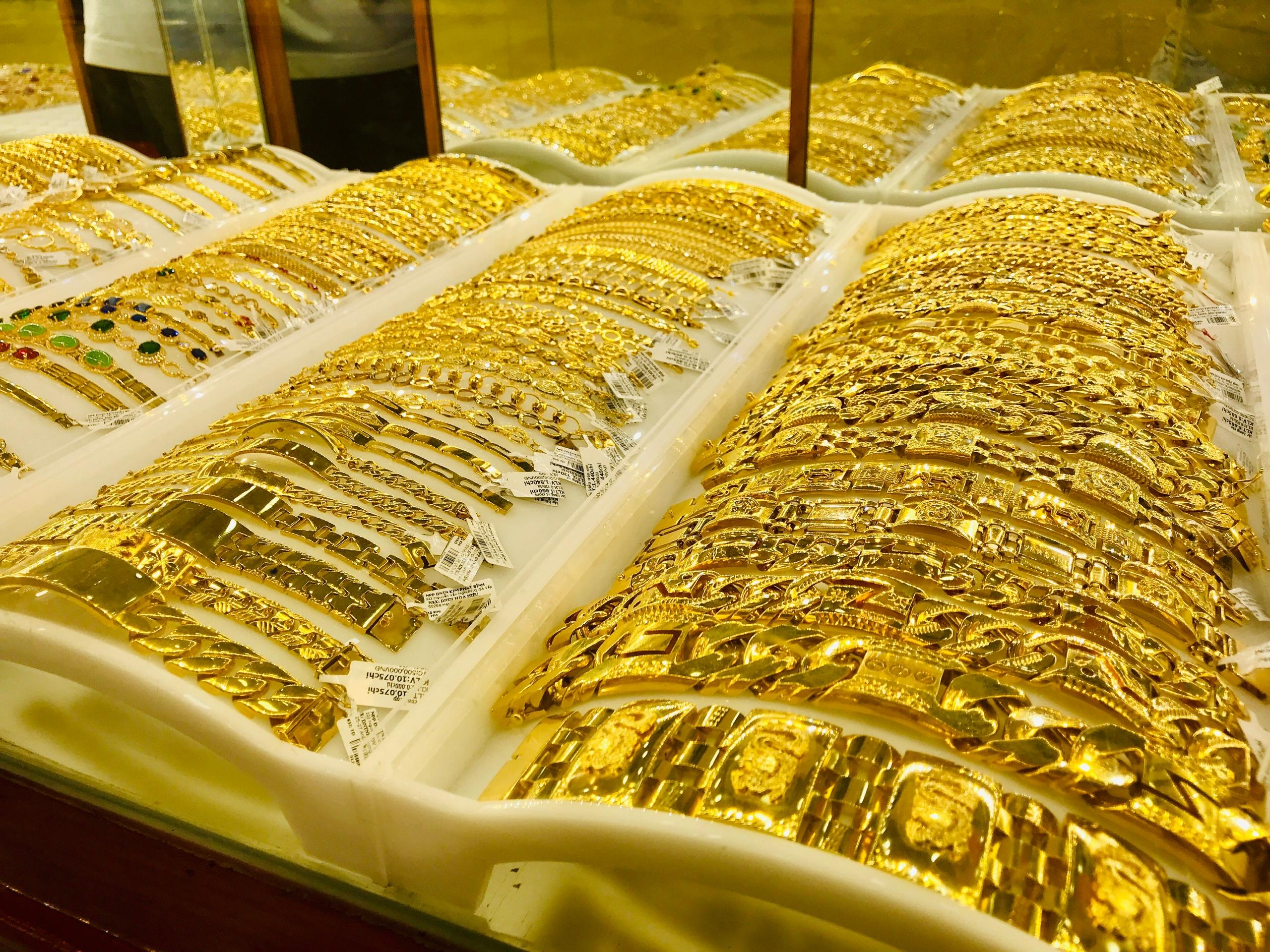 Mổ xẻ nguyên nhân khiến giá vàng lên 'cơn điên' và vẫn chưa có dấu hiệu dừng - Ảnh 2.