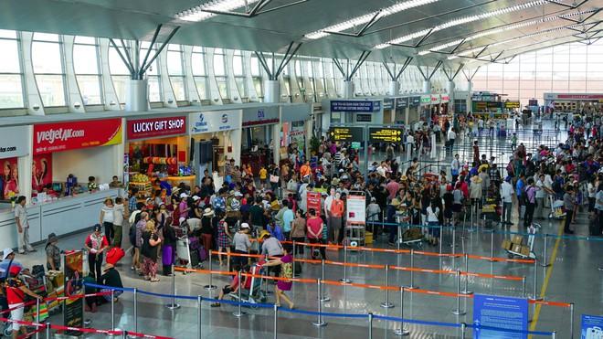 Gần 1.700 du khách vẫn mắc kẹt tại TP Đà Nẵng - Ảnh 1.