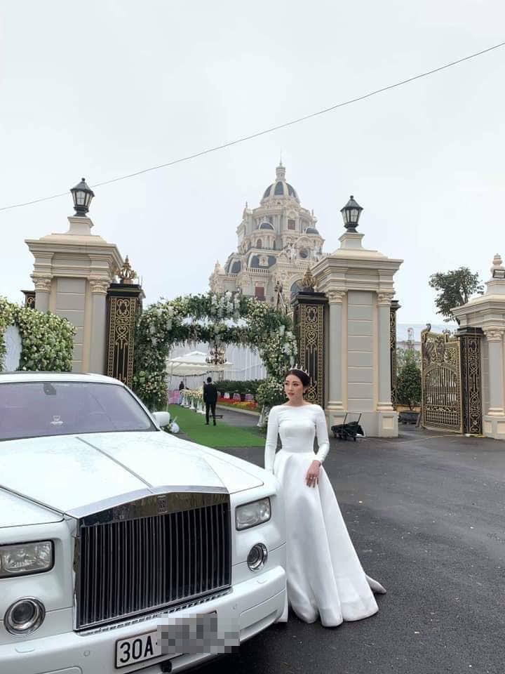 Hình ảnh cô dâu bên siêu xe Rolls-Royce Phantom và lâu đài 7 tầng đã khiến nhiều người xôn xao. (Ảnh: K.T).