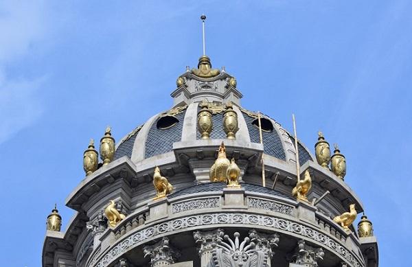 """Biệt thự này được mệnh danh là """"Lâu đài gà vàng"""" vì chủ nhân của chúng cho dát vàng 6 chú gà trên nóc biệt thự. (Ảnh: Zing News)."""