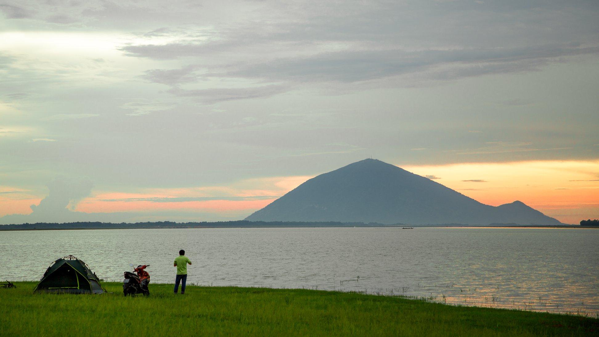 Đến hồ Dầu Tiếng, chiêm ngưỡng cảnh đẹp hút hồn tại địa điểm cắm trại hot nhất Tây Ninh  - Ảnh 5.