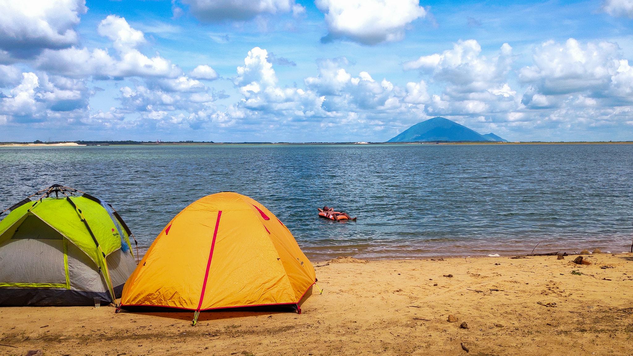 Đến hồ Dầu Tiếng, chiêm ngưỡng cảnh đẹp hút hồn tại địa điểm cắm trại hot nhất Tây Ninh  - Ảnh 1.