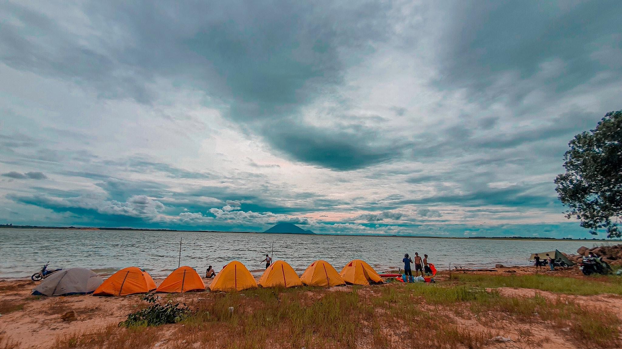 Đến hồ Dầu Tiếng, chiêm ngưỡng cảnh đẹp hút hồn tại địa điểm cắm trại hot nhất Tây Ninh  - Ảnh 6.