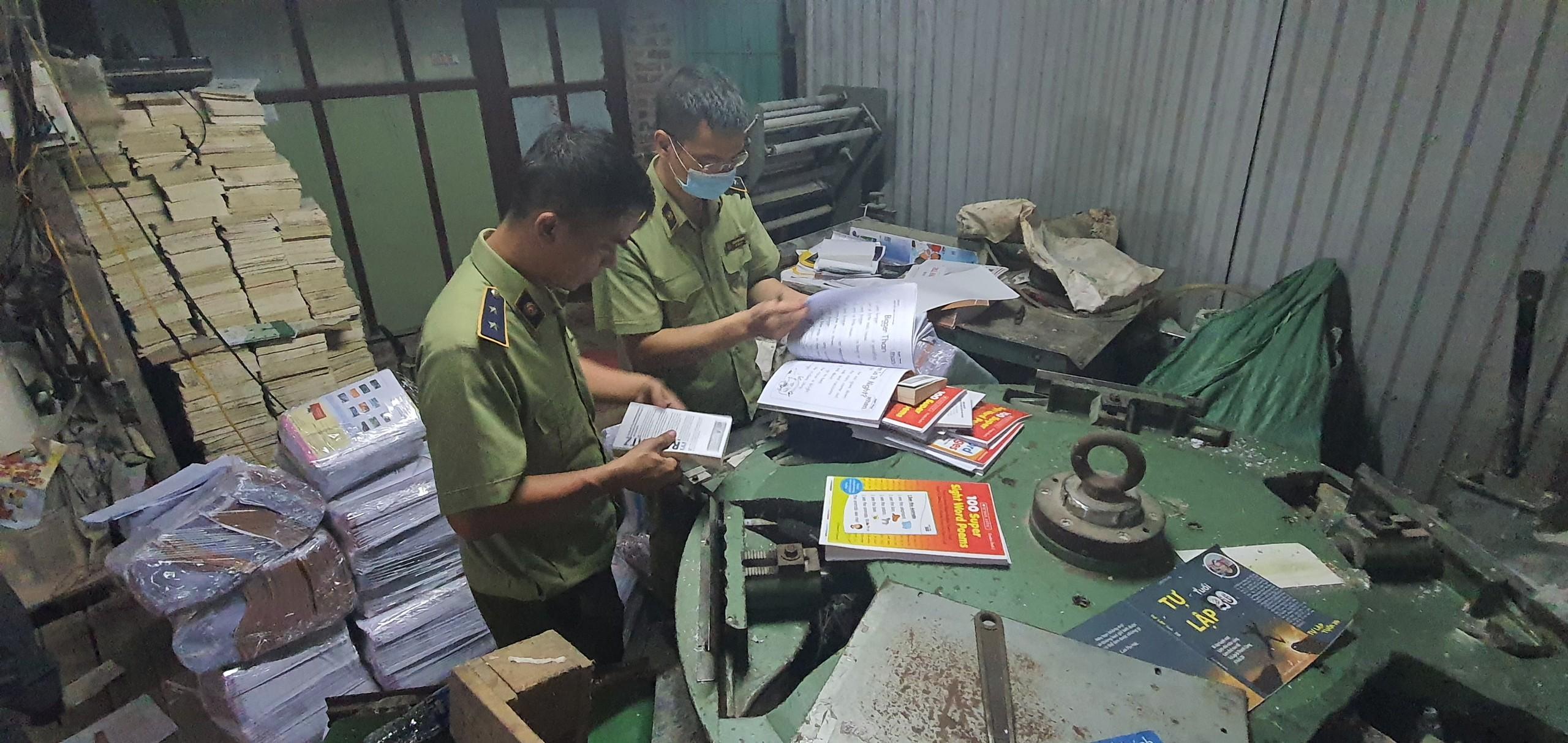Thu giữ gần 4 tấn sách giả tại một xưởng sách tại Hà Nội - Ảnh 1.