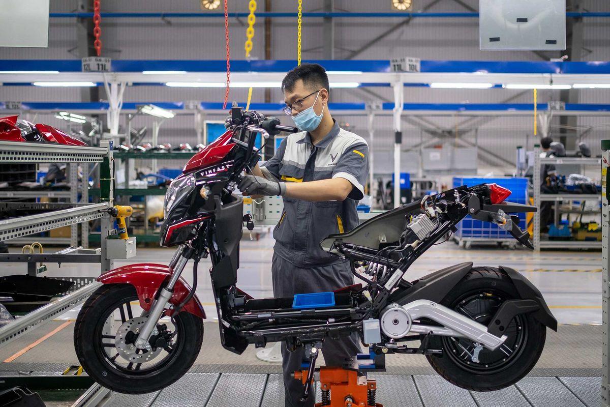 Bloomberg: Tỉ phú Phạm Nhật Vượng muốn đưa xe điện đến với người Việt Nam, chấp nhận để VinFast lỗ 5 năm - Ảnh 1.
