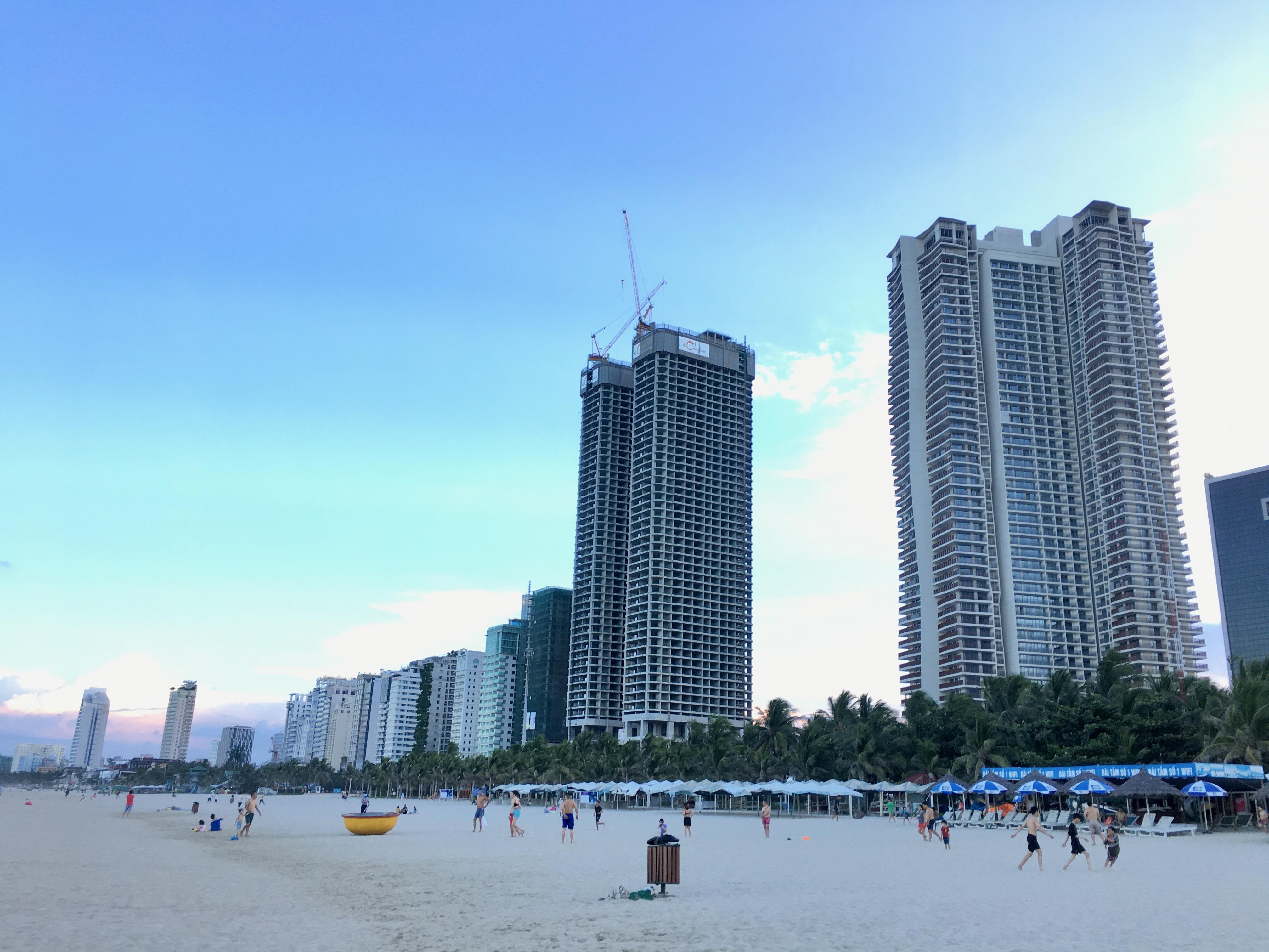 Phố khách sạn Đà Nẵng 'tối đèn', rao bán hàng trăm tỉ đồng - Ảnh 1.