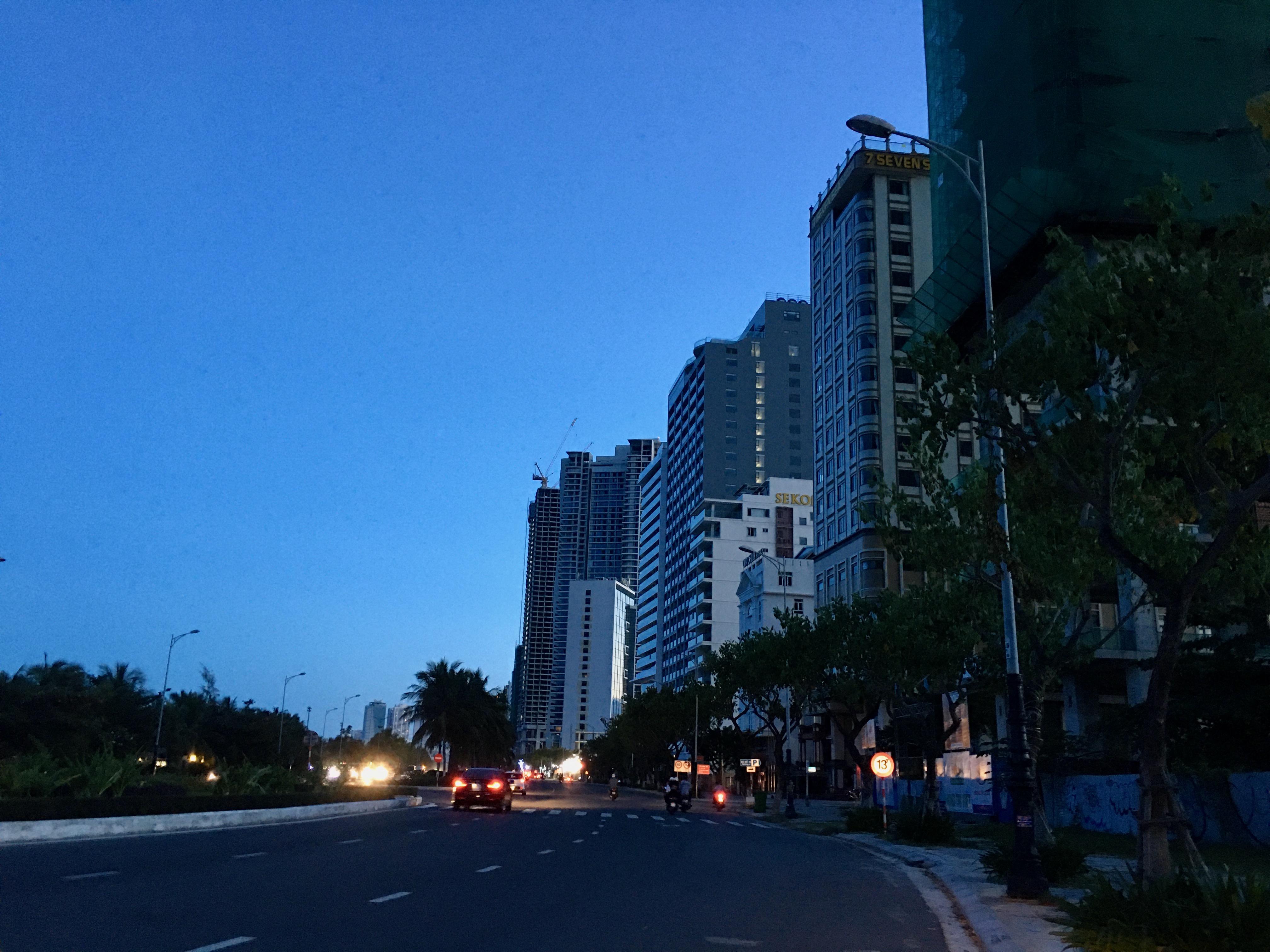 Phố khách sạn Đà Nẵng 'tối đèn', rao bán hàng trăm tỉ đồng - Ảnh 9.