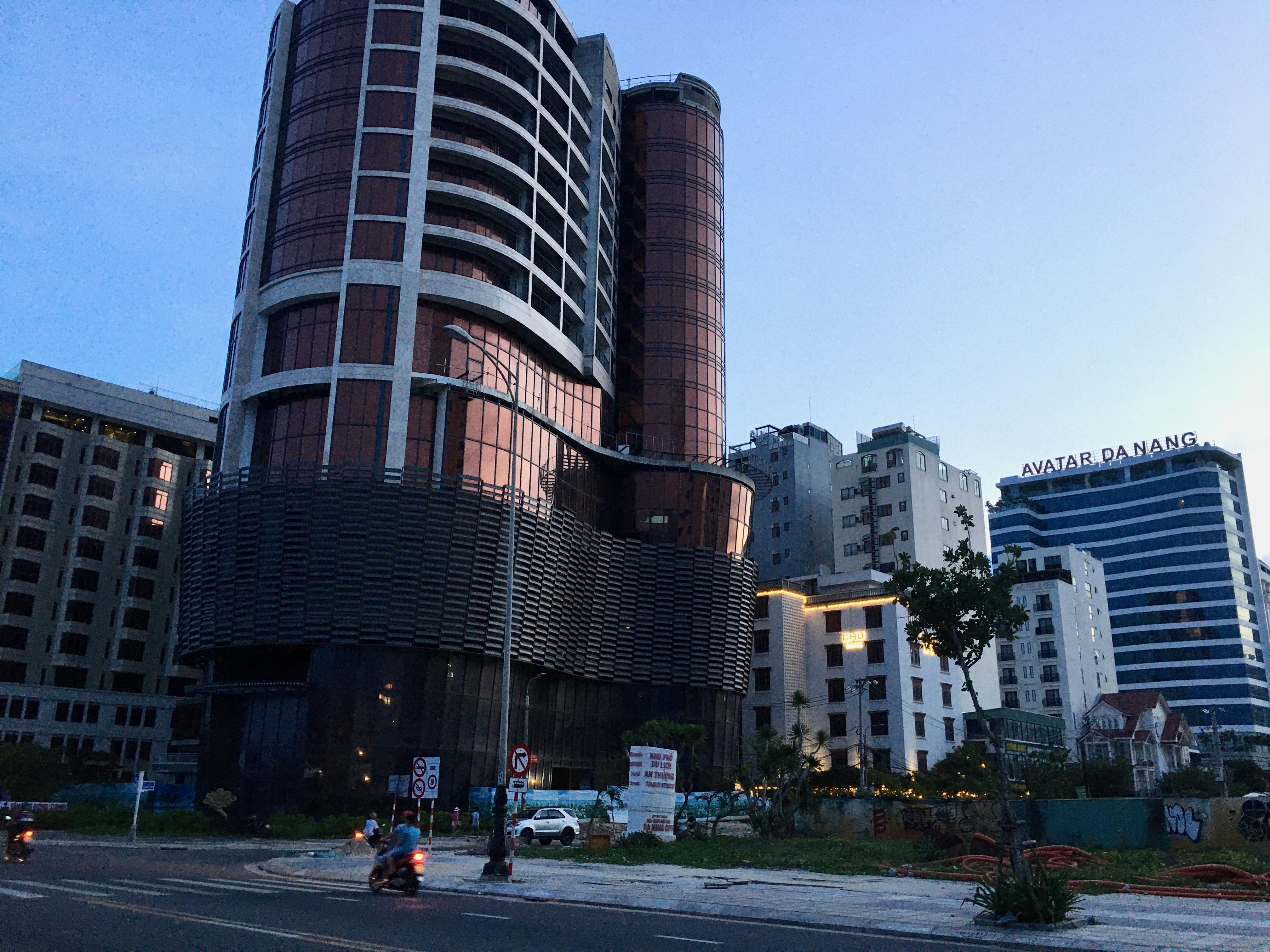 Phố khách sạn Đà Nẵng 'tối đèn', rao bán hàng trăm tỉ đồng - Ảnh 6.