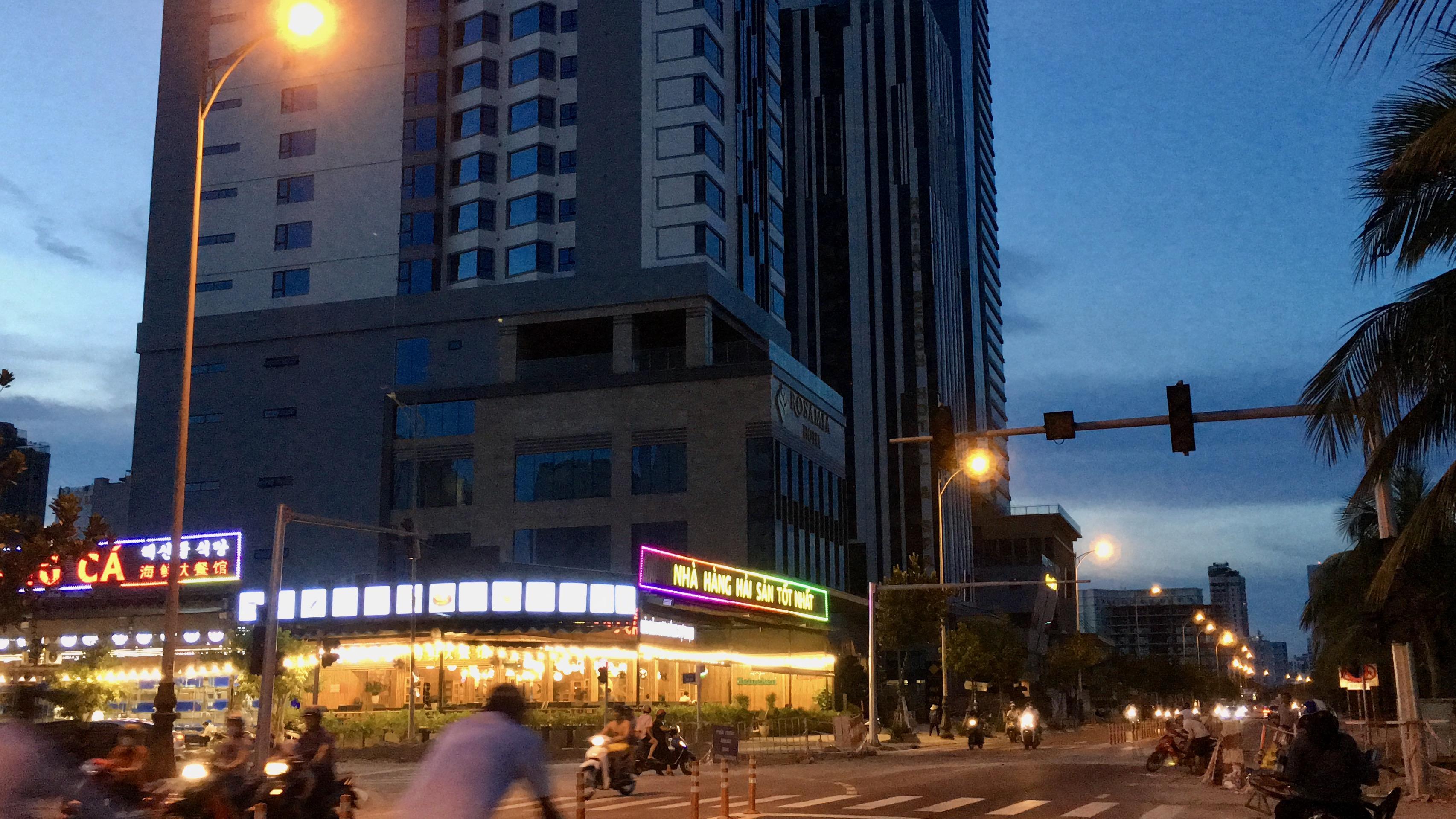 Phố khách sạn Đà Nẵng 'tối đèn', rao bán hàng trăm tỉ đồng - Ảnh 4.