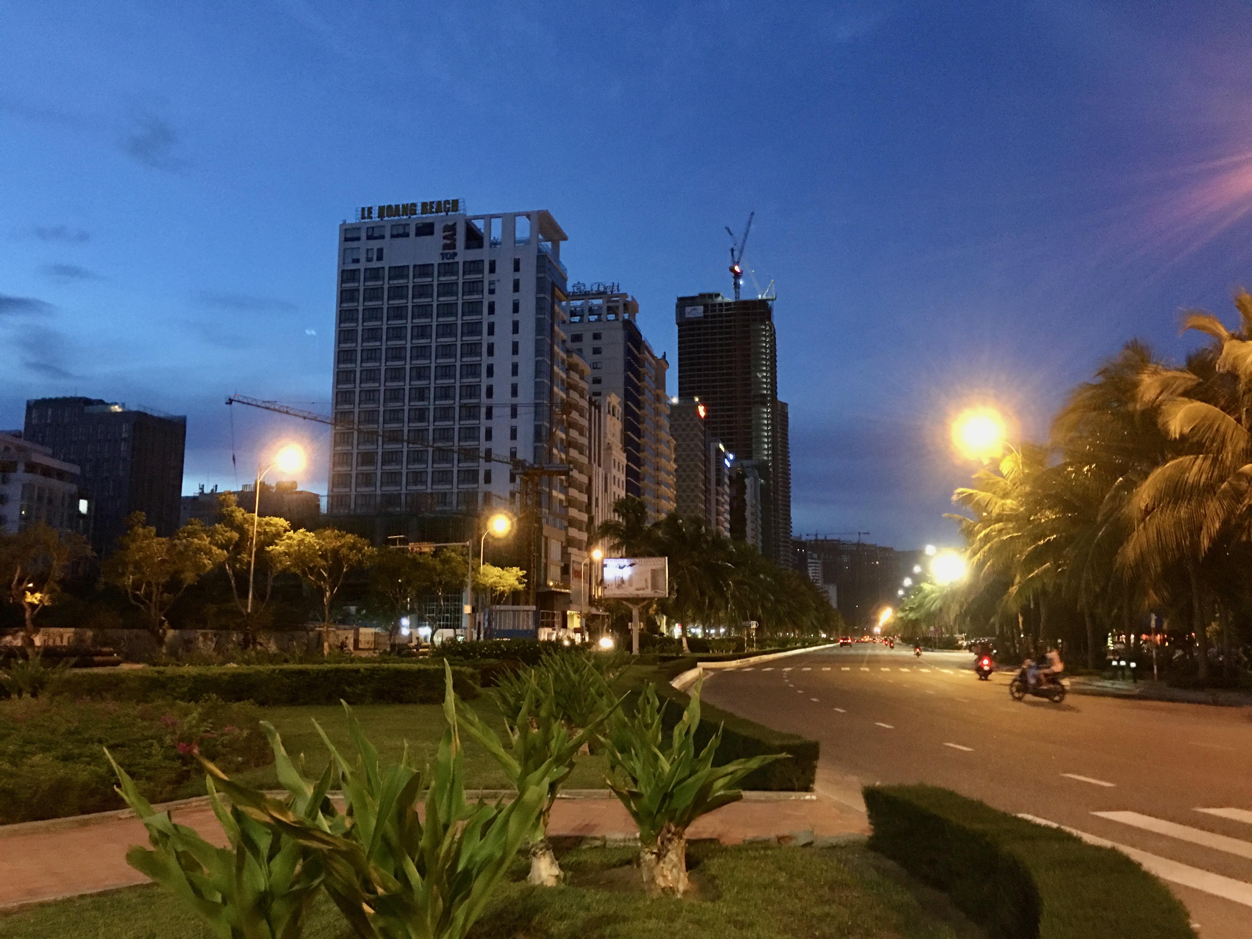 Phố khách sạn Đà Nẵng 'tối đèn', rao bán hàng trăm tỉ đồng - Ảnh 3.