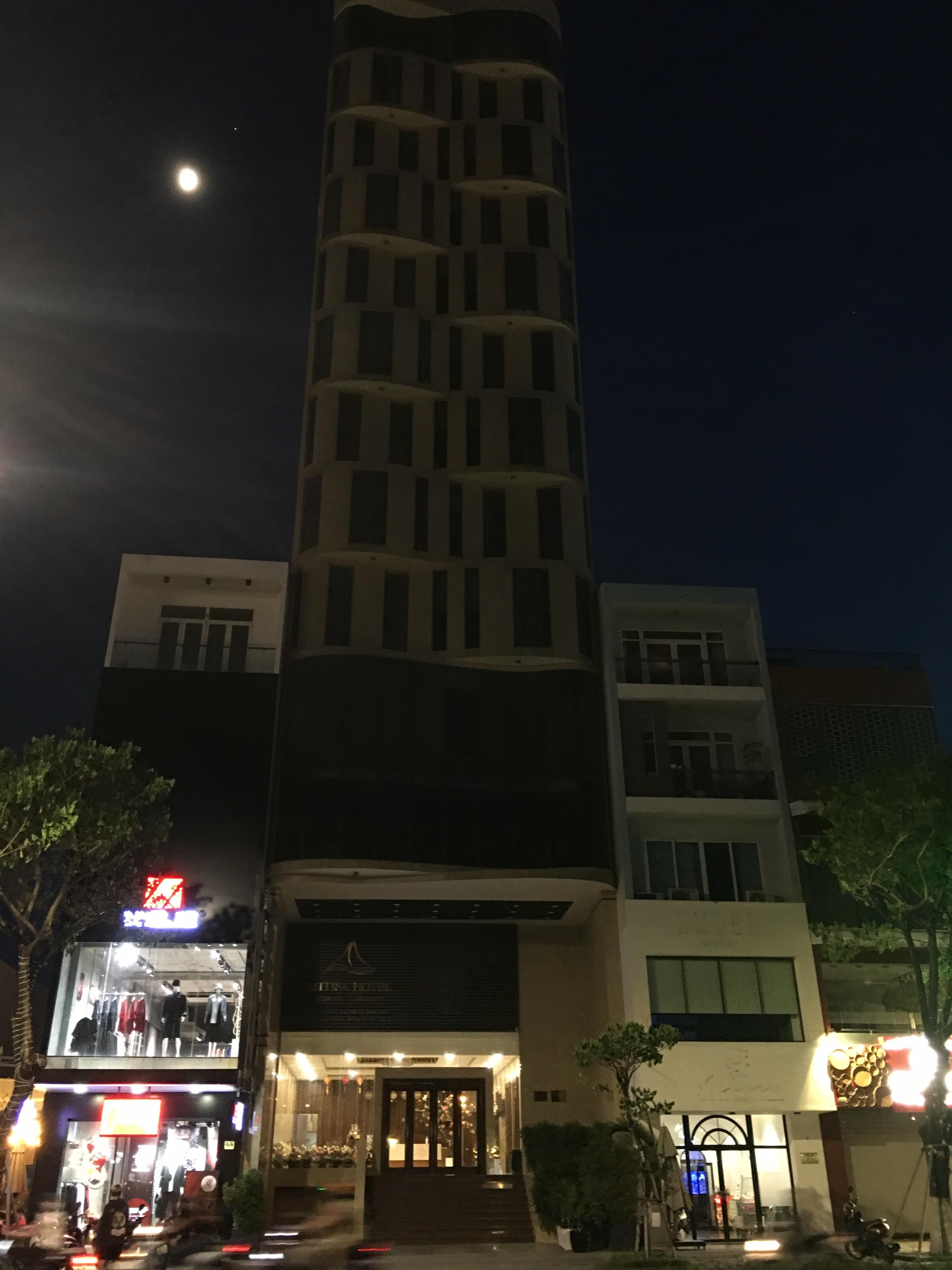 Phố khách sạn Đà Nẵng 'tối đèn', rao bán hàng trăm tỉ đồng - Ảnh 10.