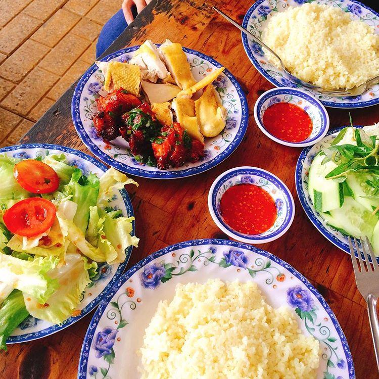 Giữa Phan Rang đầy nắng và gió, thưởng thức món cơm gà thanh mát, thơm ngon - Ảnh 1.