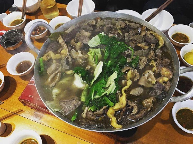 Ghé chợ Đồng Văn, Hà Giang ăn thắng cố mới đúng chất đặc sản người H'Mông - Ảnh 4.