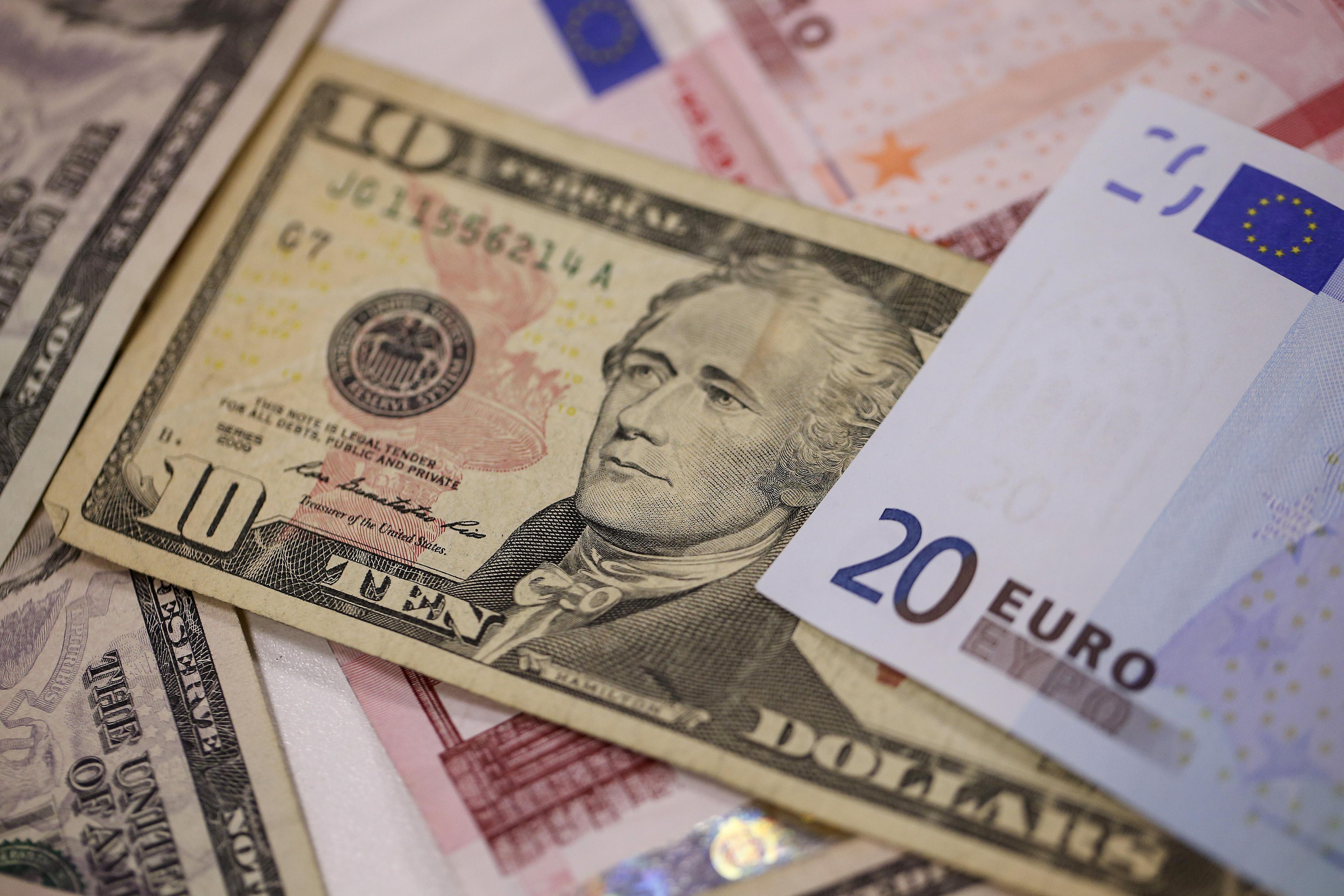 Reuters: Đà giảm giá của USD sẽ kéo dài sang năm 2021, euro là đồng tiền hưởng lợi chính - Ảnh 1.