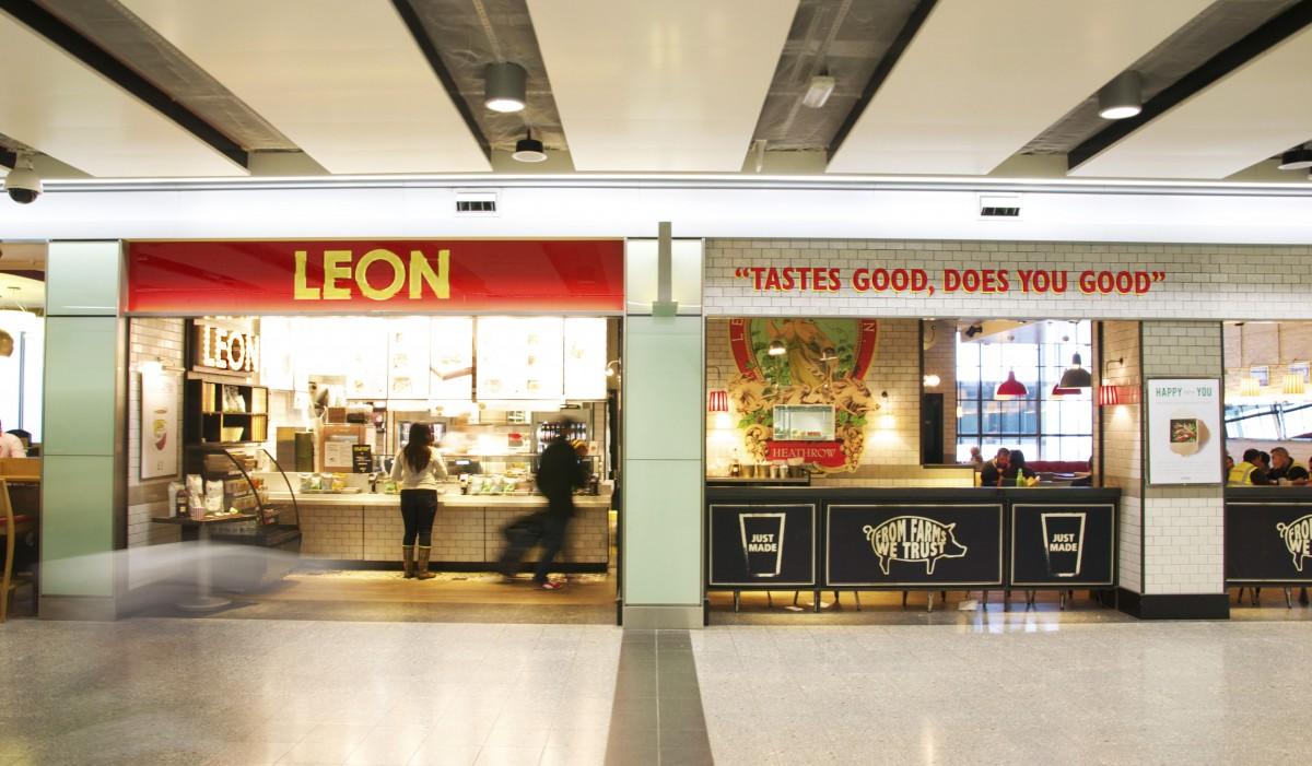Sân bay vắng vẻ vì COVID-19, các nhà bán lẻ sáng tạo nhiều cách để sinh tồn - Ảnh 1.