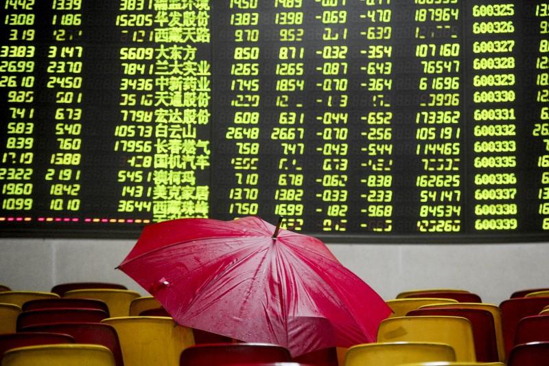 Chứng khoán Trung Quốc tuột dốc sau khi vượt mốc bong bóng 2015 - Ảnh 1.