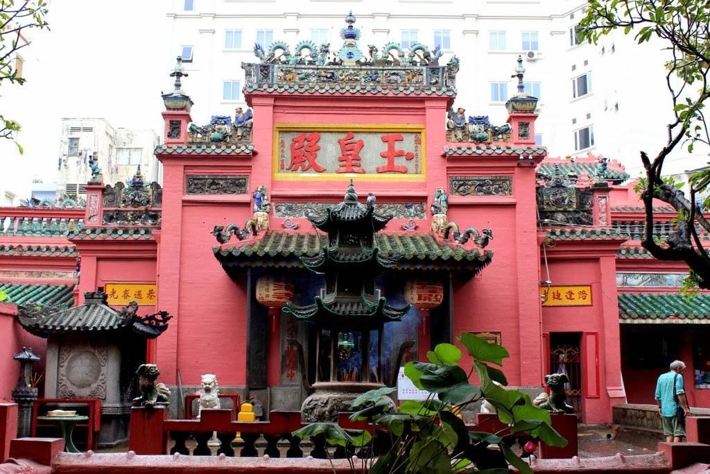 Đi chùa ngày đầu năm, cầu bình an tại những địa điểm tâm linh nổi tiếng ở Hà Nội và TP HCM  - Ảnh 8.