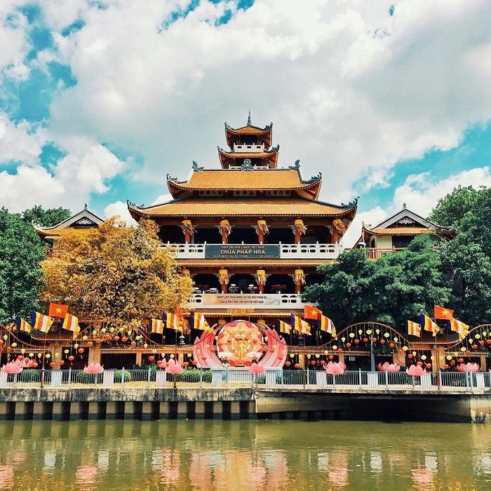 Đi chùa ngày đầu năm, cầu bình an tại những địa điểm tâm linh nổi tiếng ở Hà Nội và TP HCM  - Ảnh 6.