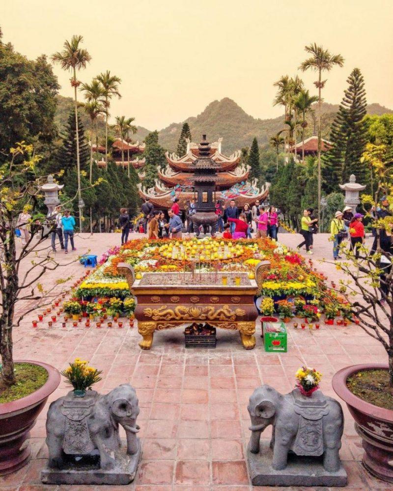 Đi chùa ngày đầu năm, cầu bình an tại những địa điểm tâm linh nổi tiếng ở Hà Nội và TP HCM  - Ảnh 4.