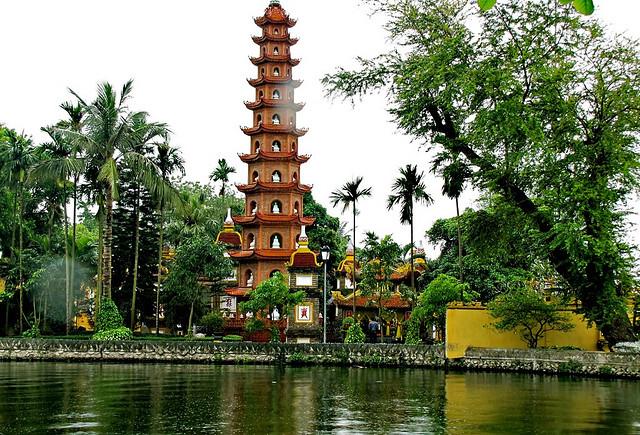 Đi chùa ngày đầu năm, cầu bình an tại những địa điểm tâm linh nổi tiếng ở Hà Nội và TP HCM  - Ảnh 2.