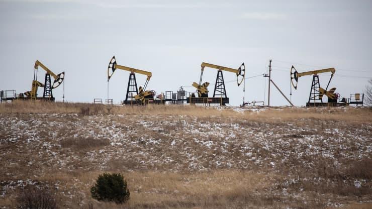 Giá xăng dầu hôm nay 16/1: Giá dầu giảm hơn 2% do lo ngại về nhu cầu - Ảnh 1.