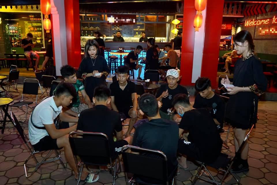 Xuất hiện mô hình kinh doanh 'bar street' độc đáo giữa lòng Hà Nội - Ảnh 6.