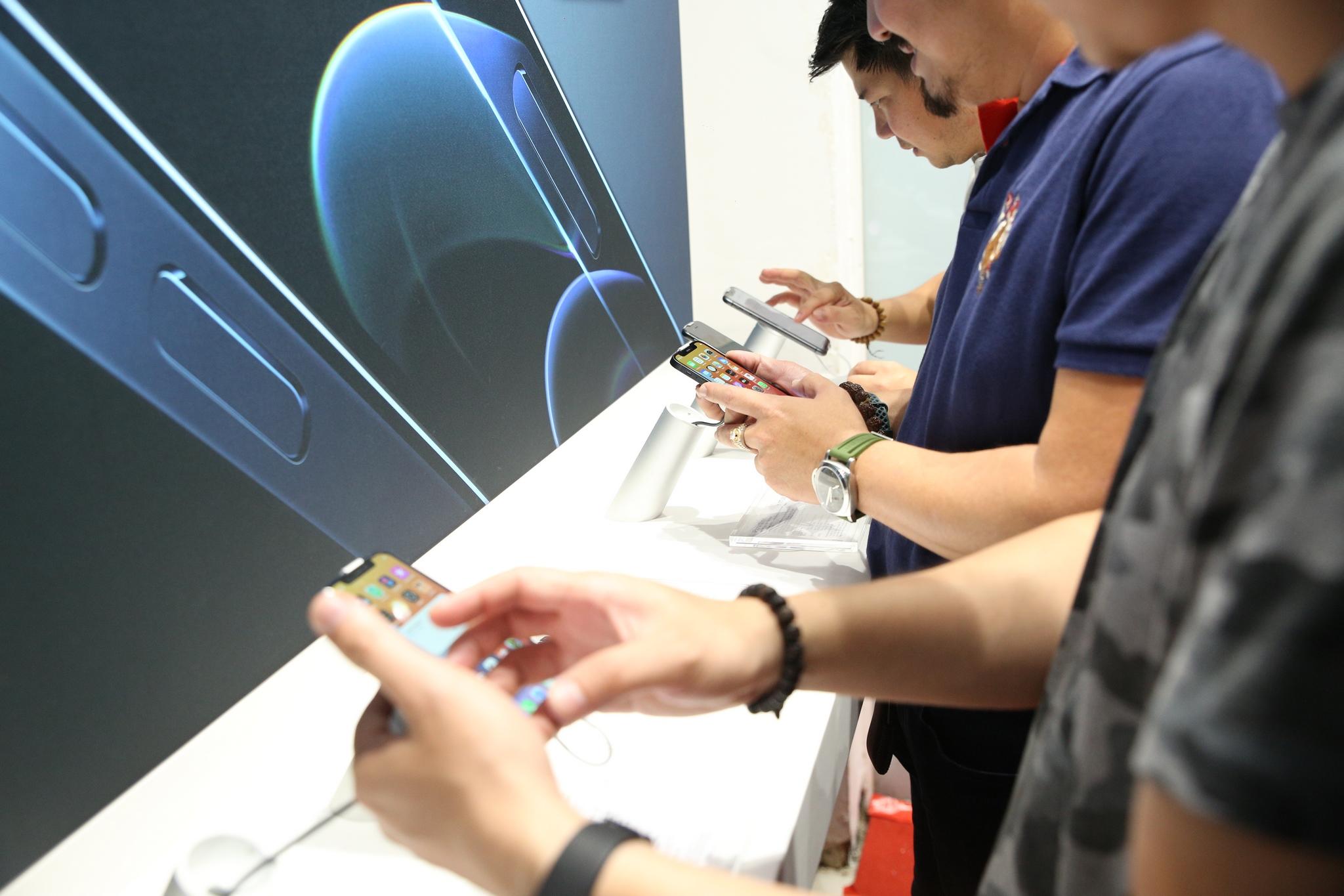 iPhone 12 Pro và iPhone 12 Pro Max hết khan hàng khi chuỗi bán lẻ đua nhập mới - Ảnh 1.