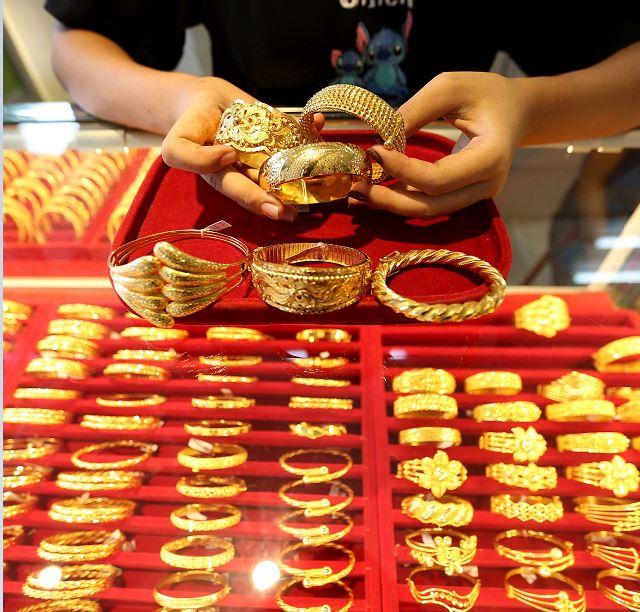 Giá vàng hôm nay 27/1: SJC sụt giảm 100.000 đồng/lượng - Ảnh 1.