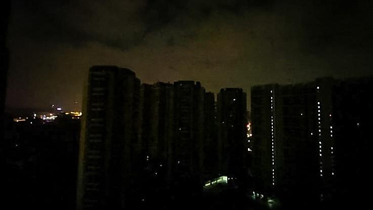 Do đâu khi đêm về, các thành phố lớn của Trung Quốc lại chìm vào bóng tối? - Ảnh 1.