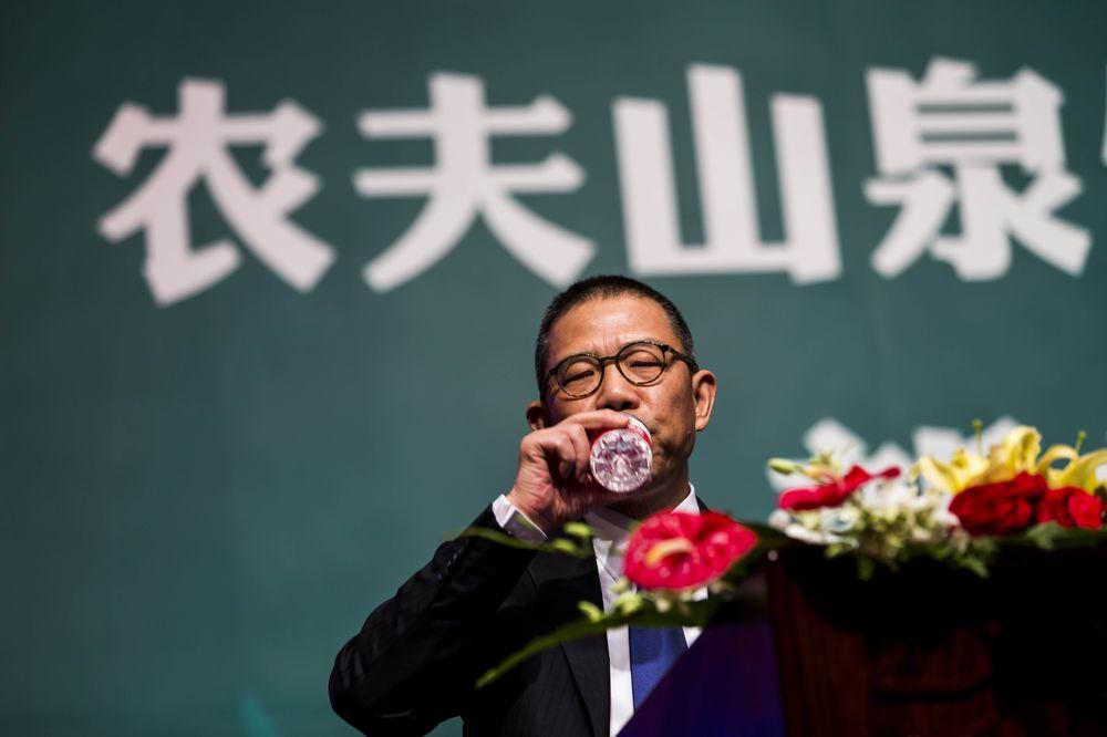 Khối tài sản của tỷ phú nước đóng chai Trung Quốc vượt ông trùm Warren Buffett - Ảnh 1.