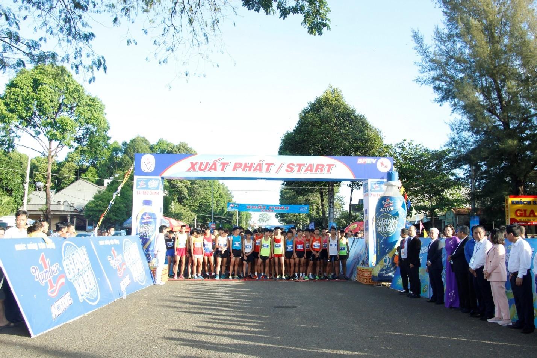Gần 1500 vận động viên chinh phục đỉnh núi Bà Rá cùng Number 1 Active - Ảnh 1.
