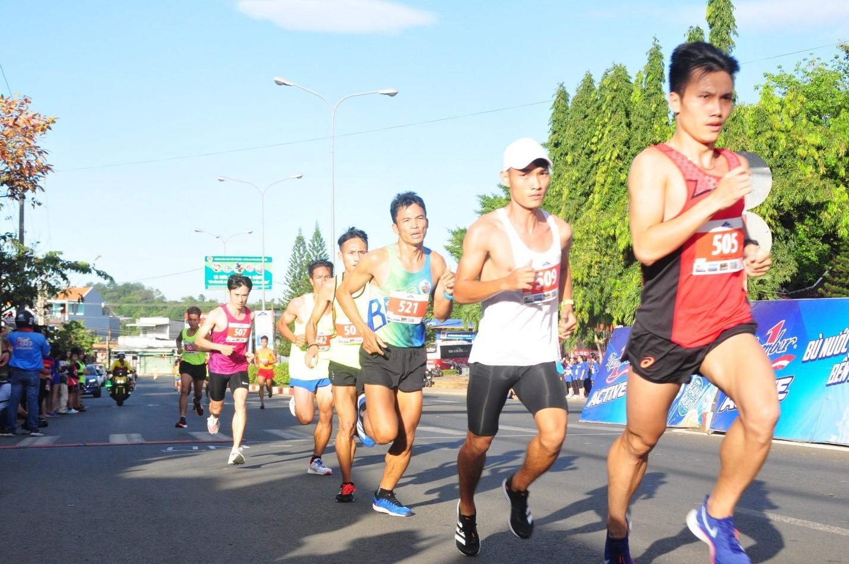 Gần 1500 vận động viên chinh phục đỉnh núi Bà Rá cùng Number 1 Active - Ảnh 2.