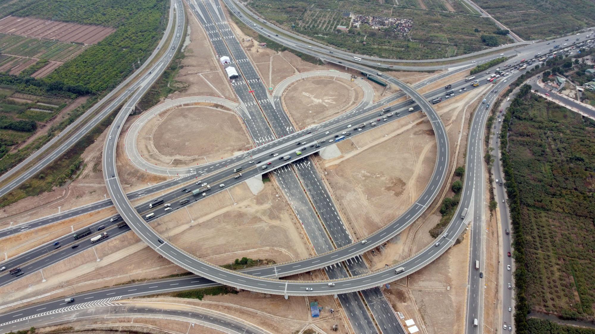 Cận cảnh nút giao đường Vành đai 3 với cao tốc Hà Nội - Hải Phòng trị giá 400 tỷ đồng - Ảnh 2.
